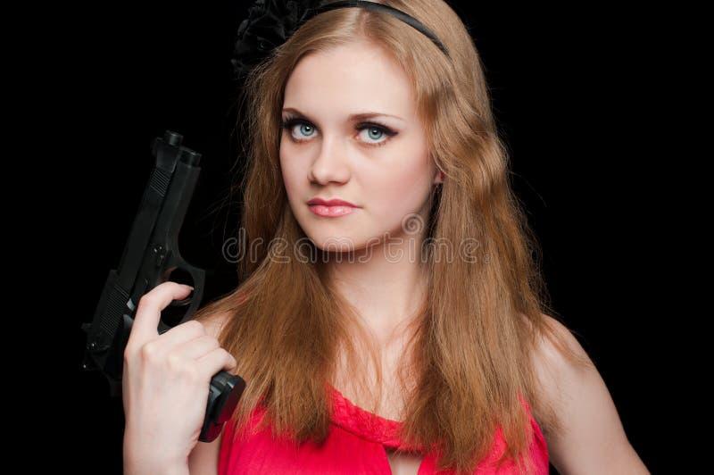 Schönes Mädchen, das eine Gewehr anhält lizenzfreies stockfoto