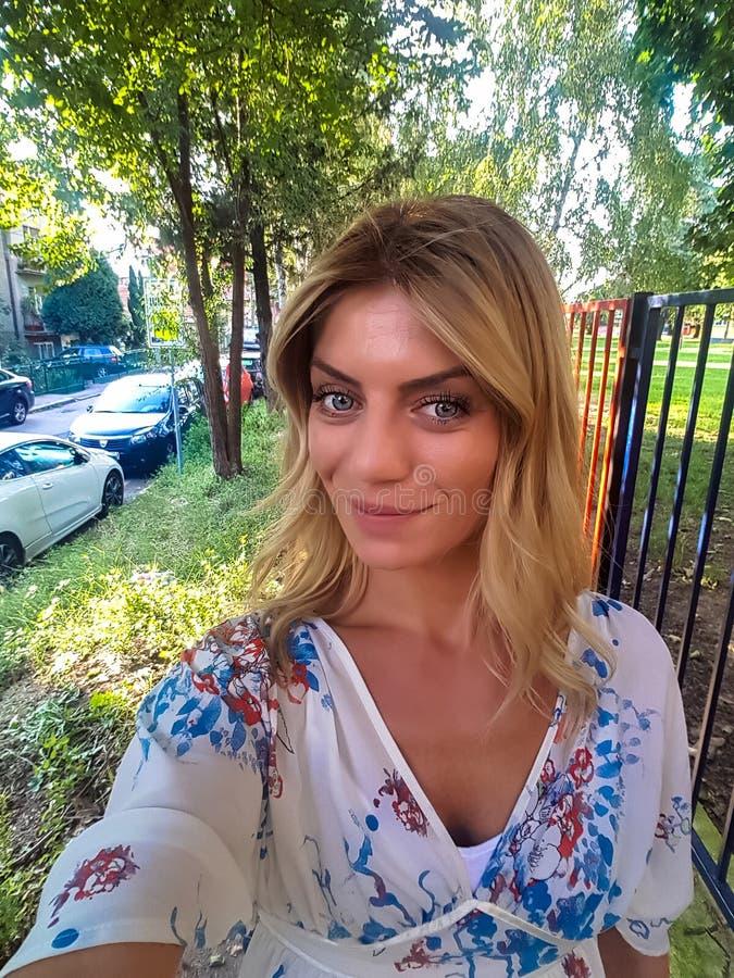 Schönes Mädchen, das hinter einen Park geht stockbild