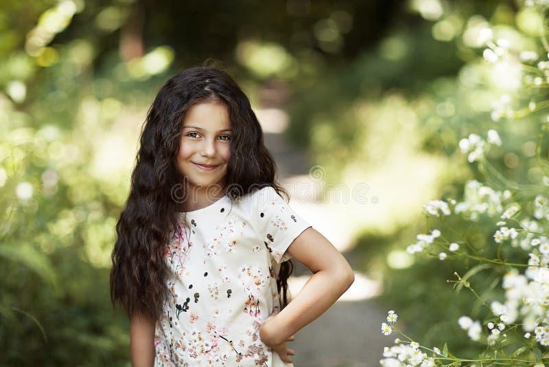 Schönes Mädchen, das im Park lächelt lizenzfreie stockfotos