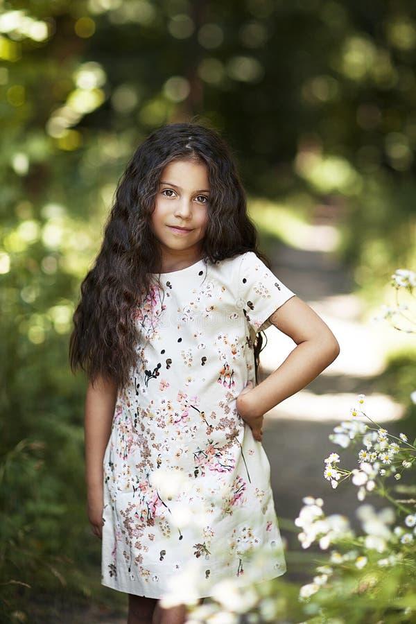 Schönes Mädchen, das im Park lächelt lizenzfreie stockbilder