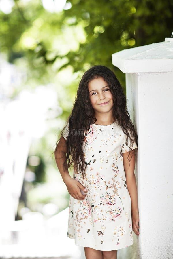 Schönes Mädchen, das im Park lächelt stockfotos