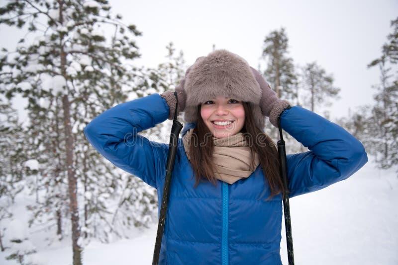 Schönes Mädchen, das im Wald Ski fährt stockfotos
