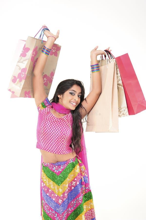 Schönes Mädchen, das indisches ethnisches Kleid trägt stockfotografie