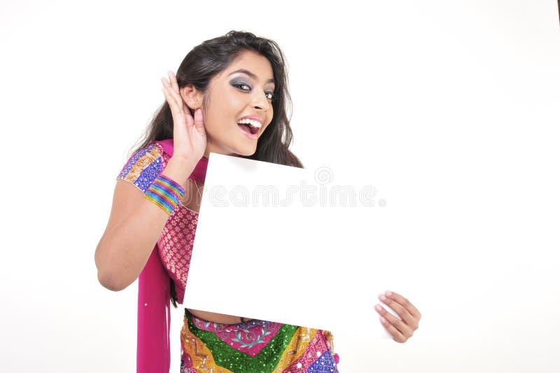 Schönes Mädchen, das indisches ethnisches Kleid trägt stockfotos