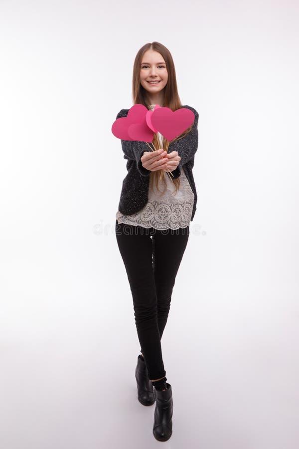 Schönes Mädchen, das rosa Papierherzen hält lizenzfreie stockfotos
