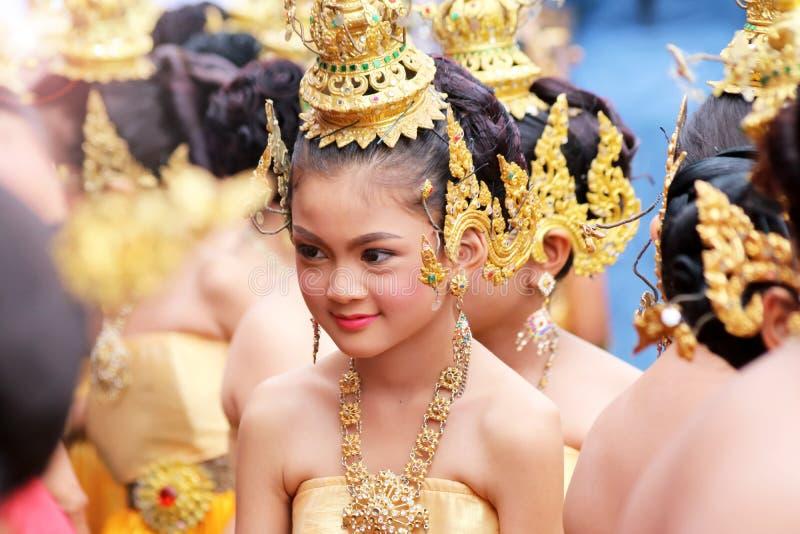 Schönes Mädchen, das traditionelle thailändische Kostüme trägt lizenzfreies stockfoto