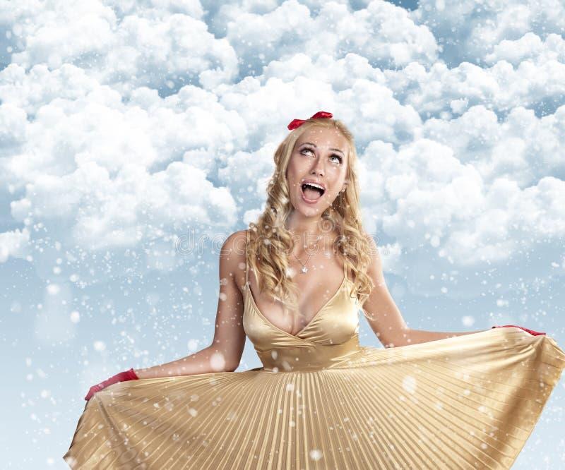 Schönes Mädchen, das Weihnachten feiert stockfotografie