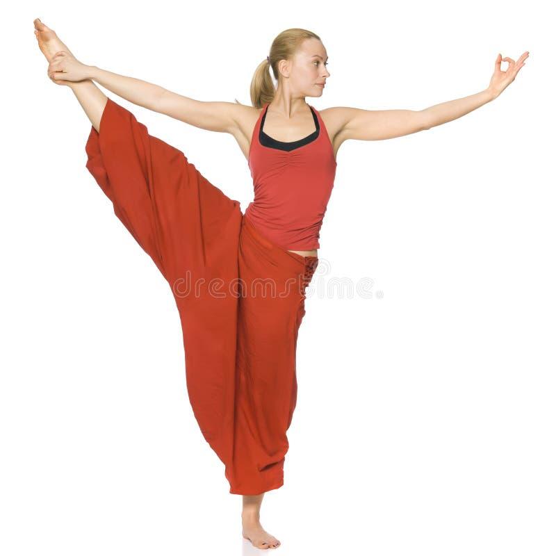 Schönes Mädchen, das Yoga tut stockfoto