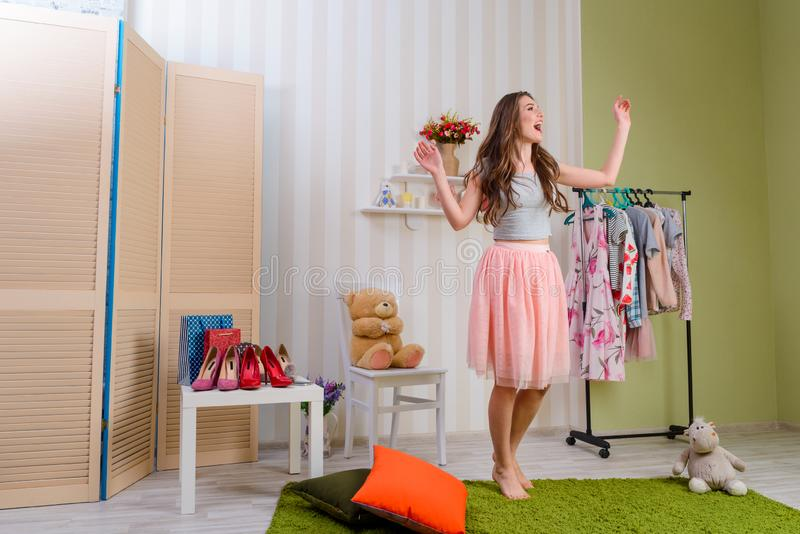 Schönes Mädchen, das zu Hause singt lizenzfreie stockfotografie