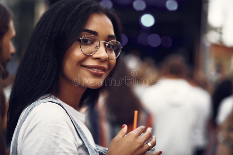 Schönes Mädchen in den Gläsern Zeit draußen verbringend stockfotografie