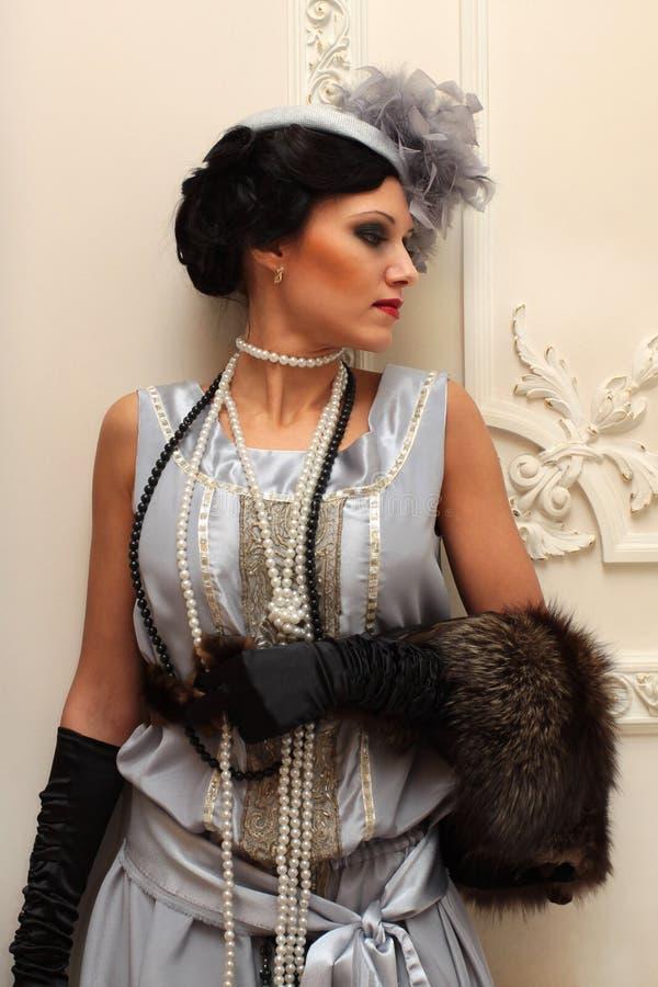 Schönes Mädchen in den Pelzen und in den Perlen im palac lizenzfreie stockbilder