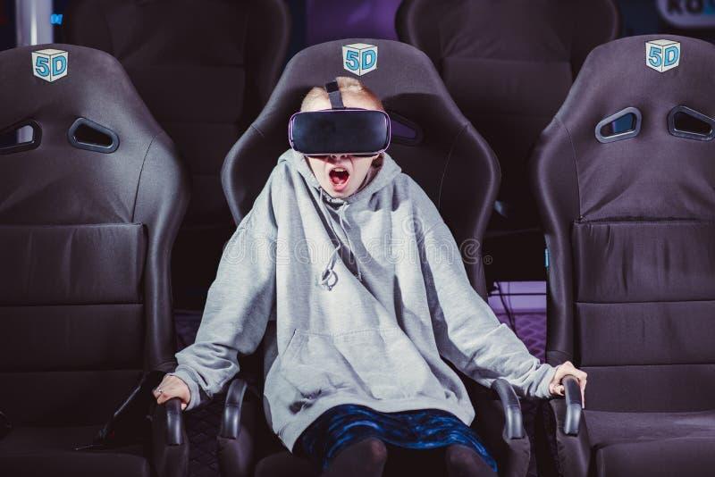 Schönes Mädchen in den virtuellen Gläsern passt einen Film mit speci auf stockfoto