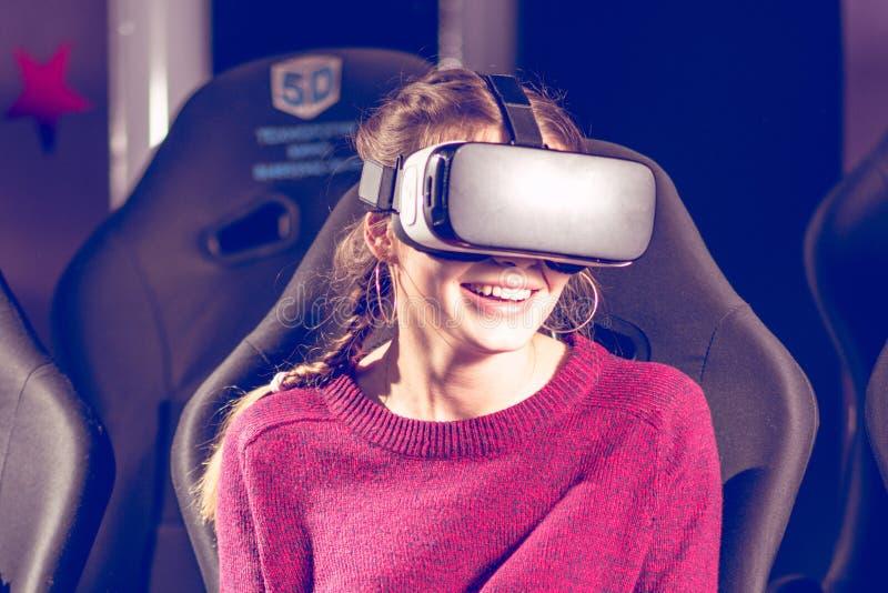 Schönes Mädchen in den virtuellen Gläsern passt einen Film mit Spezialeffekten in 5d auf lizenzfreie stockfotografie
