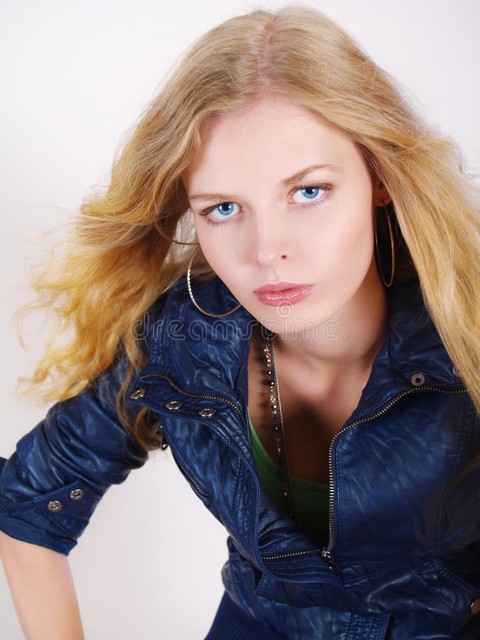Schönes Mädchen in der blauen Jacke mit einem langen Haar stockfoto