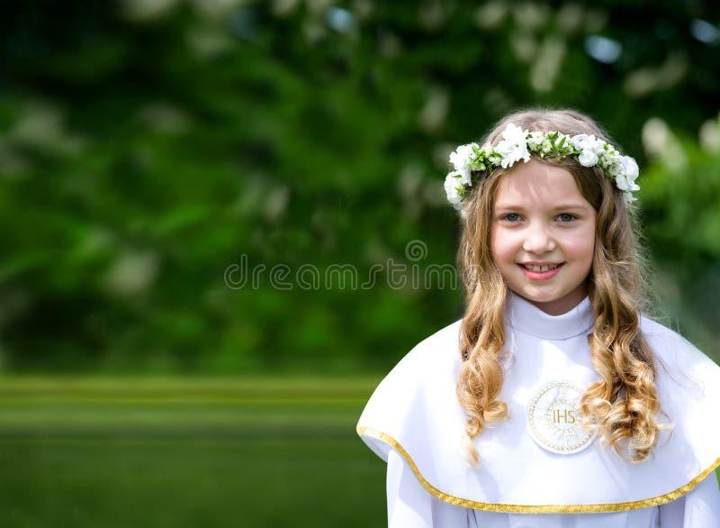Schönes Mädchen der Erstkommunion lizenzfreie stockbilder