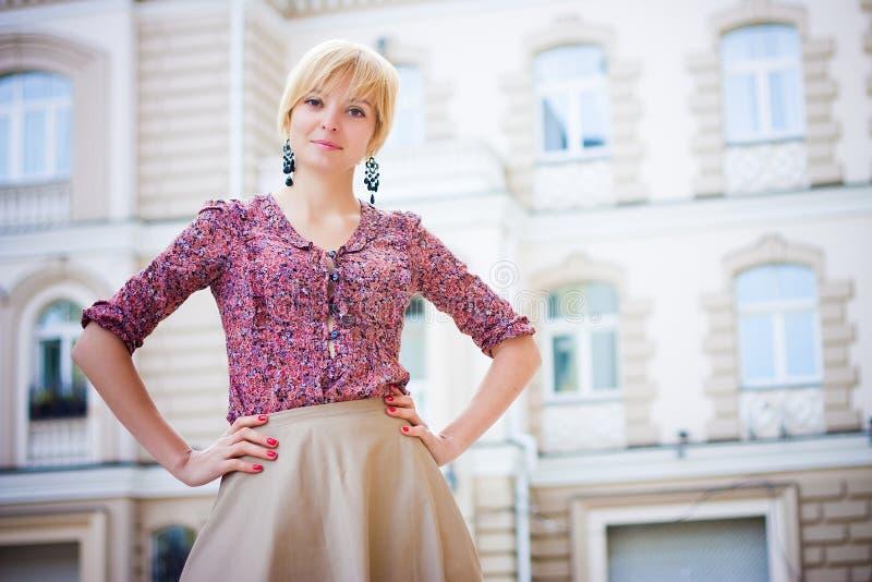 Schönes Mädchen an der europäischen Straße stockbild