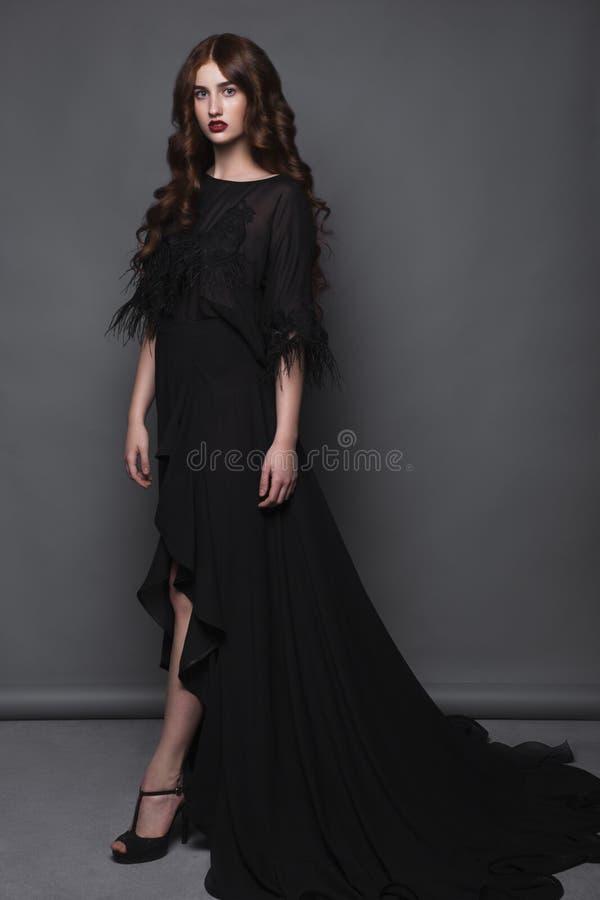 Schönes Mädchen in der modischen Kleidung mit klassischem Abendmake-up und Lockenfrisurkunst Schönheitsgesicht, Körper lizenzfreies stockfoto