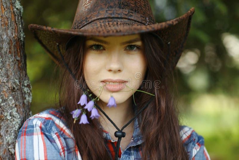 Schönes Mädchen in der rustikalen Art lizenzfreie stockbilder