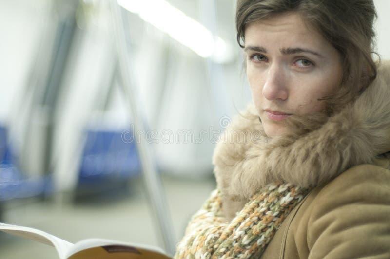 Schönes Mädchen in der Untergrundbahn stockfotos