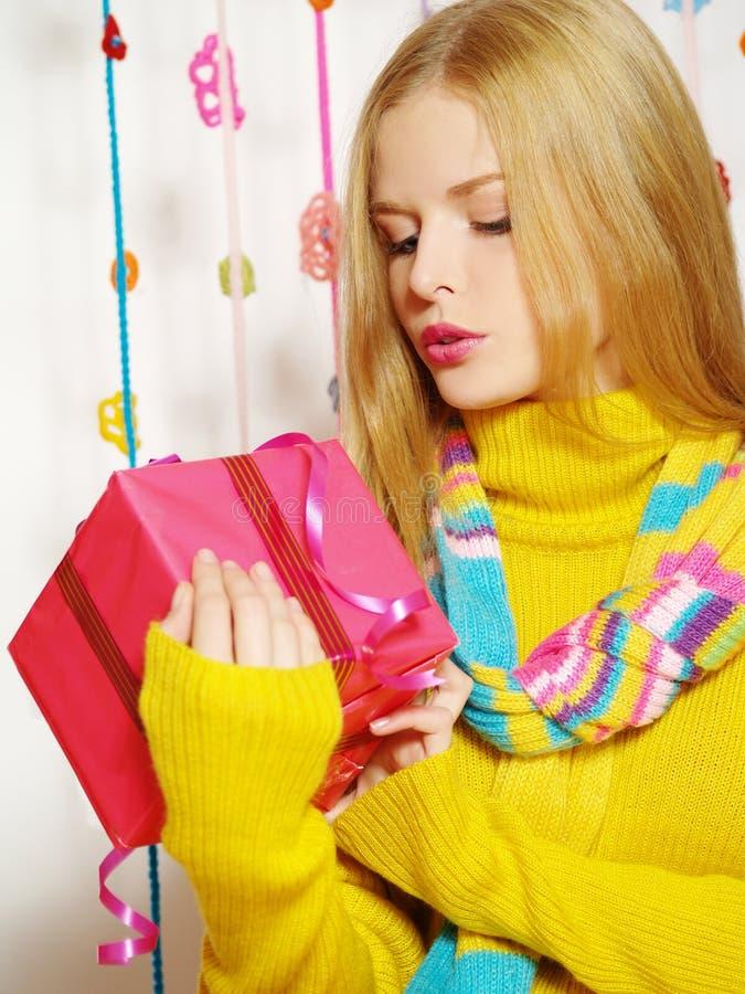 Schönes Mädchen in der warmen Kleidung lizenzfreie stockbilder