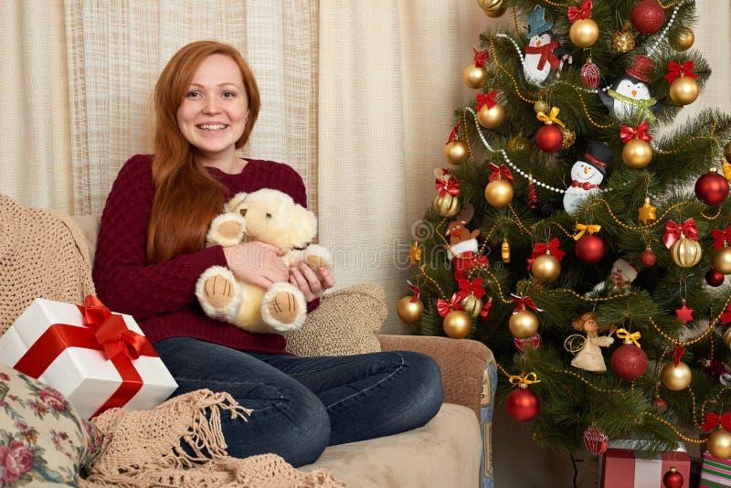 Schönes Mädchen in der Weihnachtsdekoration zu Hause Sylvesterabend und Winterurlaubkonzept lizenzfreie stockfotos