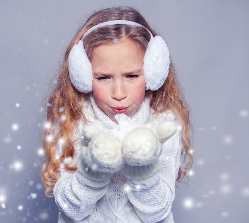 Schönes Mädchen in der Winterkleidung lizenzfreies stockbild
