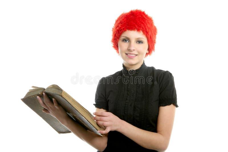 Schönes Mädchen des glücklichen lustigen Kursteilnehmers mit altem Buch stockfoto