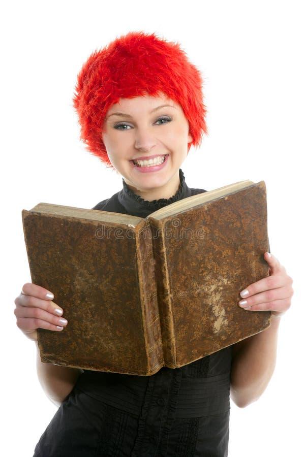 Schönes Mädchen des glücklichen lustigen Kursteilnehmers mit altem Buch lizenzfreie stockbilder