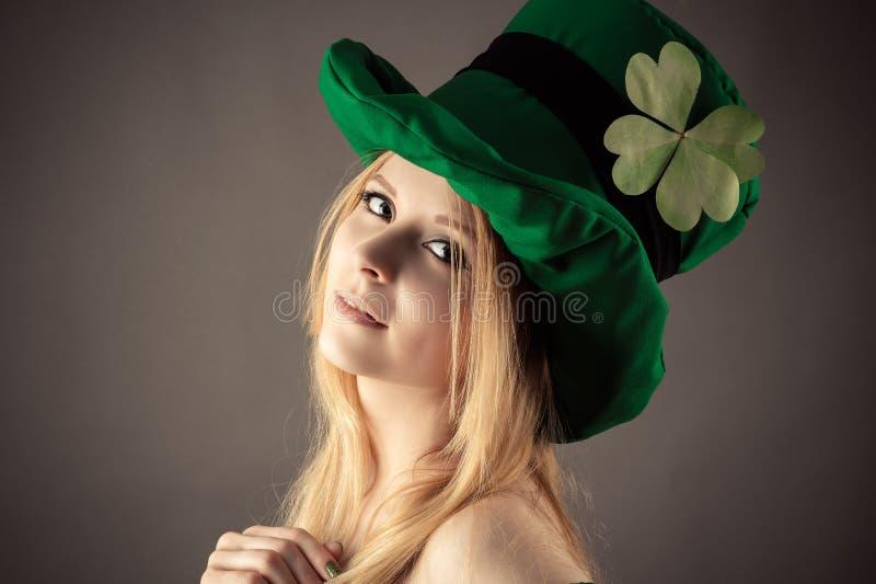 Schönes Mädchen des Porträts im Bild des Kobolds an St- Patrick` s Tag stockfotografie