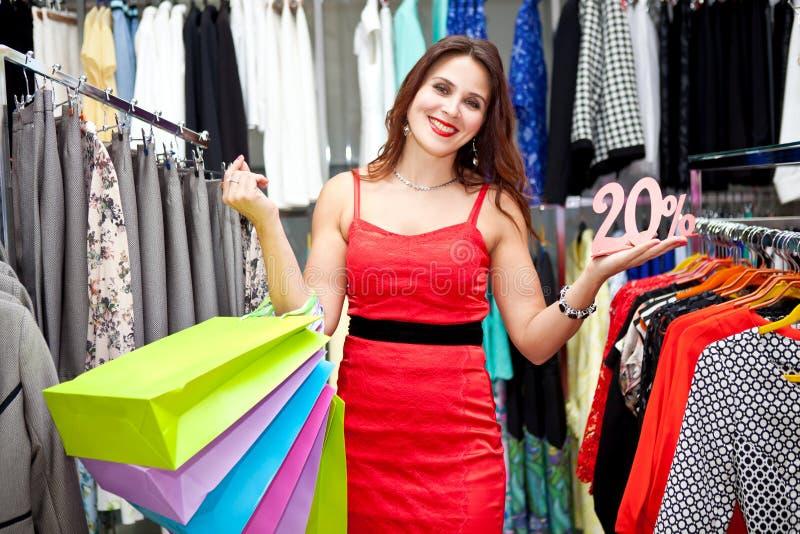 Schönes Mädchen in einem Bekleidungsgeschäft stockfotografie