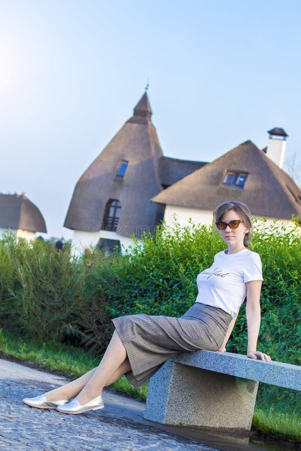 Schönes Mädchen in einem der Anzug und Sonnenbrille Gesch?ftsfrausitzen lizenzfreie stockfotos