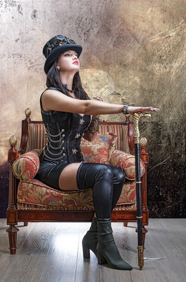 Schönes Mädchen in einem geglaubten Hut und in einem Stock stockbilder