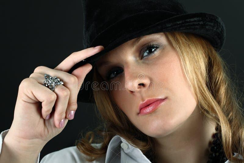 Schönes Mädchen in einem Hut stockfoto