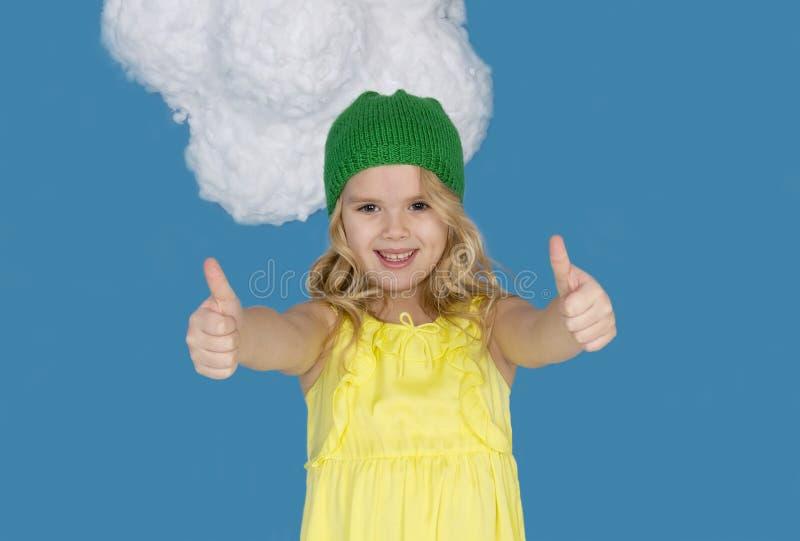 Schönes Mädchen in einem Hut, der Zeichen der Zustimmung zeigt stockfotografie