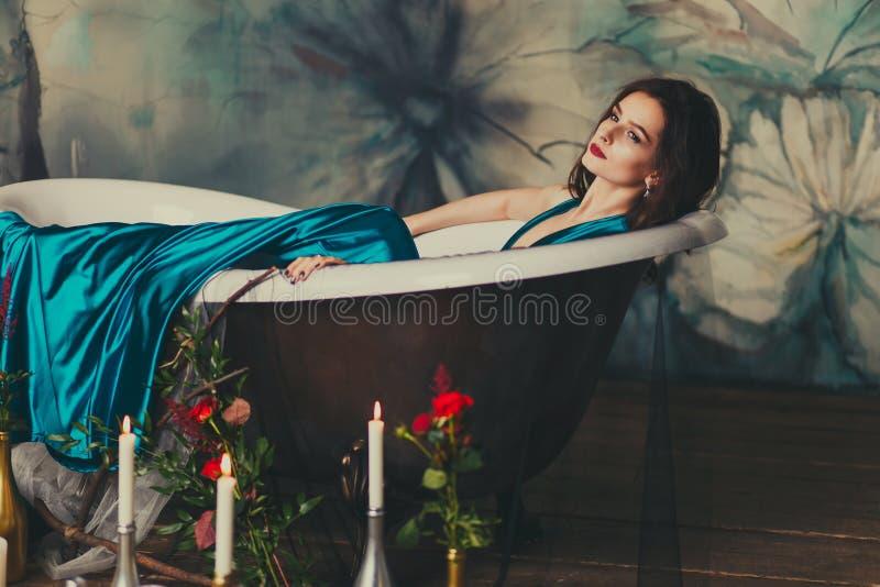 Schönes Mädchen in einem Kleid im Bad lizenzfreie stockfotos