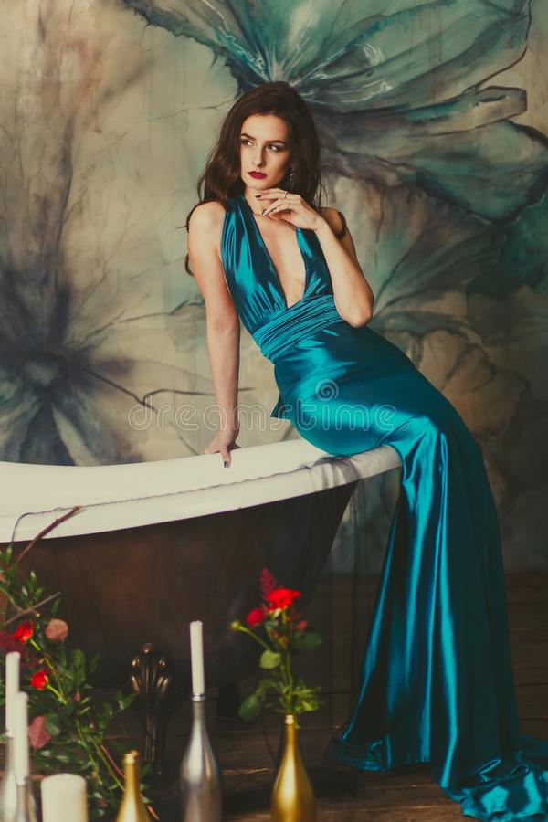 Schönes Mädchen in einem Kleid im Bad stockfotografie