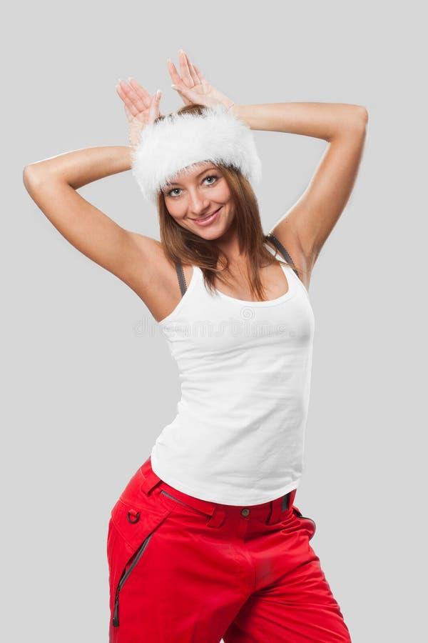 Schönes Mädchen in einem Pelzhut und in einem weißen T-Shirt lizenzfreie stockbilder