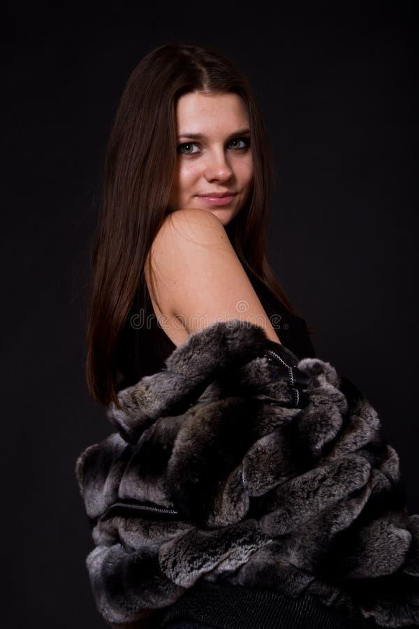 Schönes Mädchen in einem Pelzmantel lizenzfreies stockbild