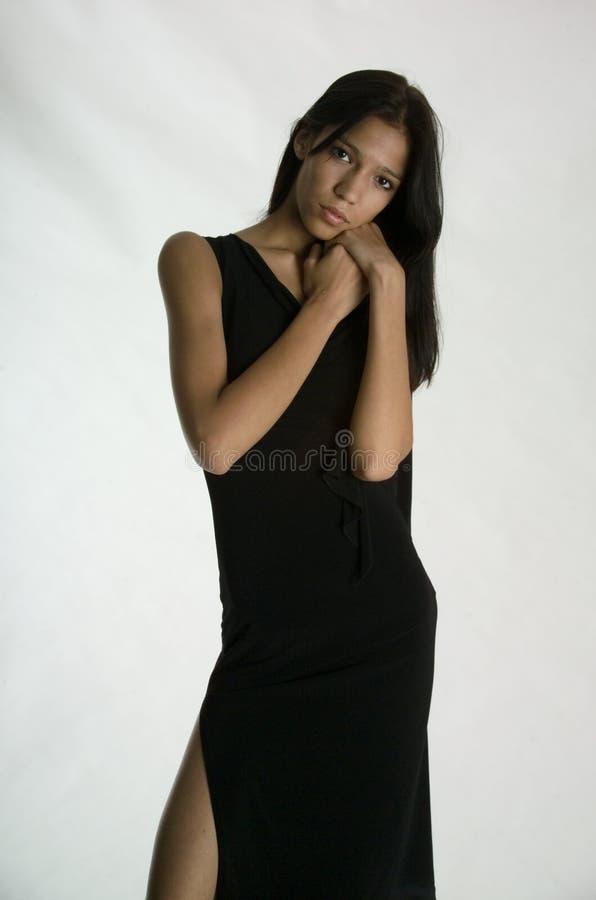 Schönes Mädchen in einem schwarzen Kleid lizenzfreies stockfoto