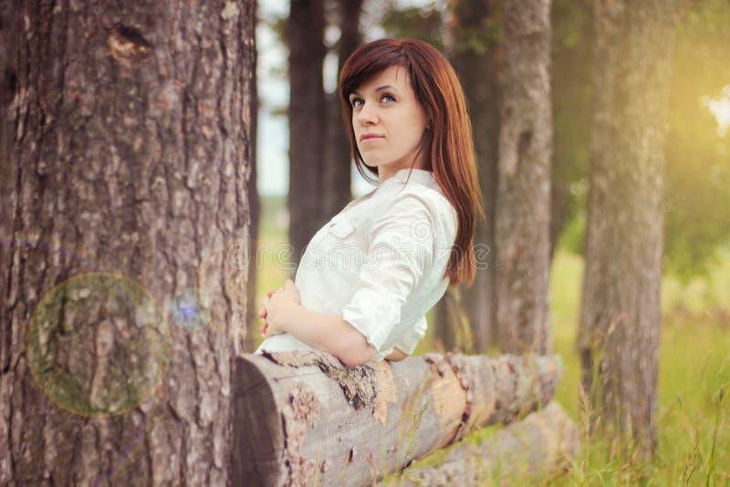 Schönes Mädchen in einem weißen Hemd stockbilder