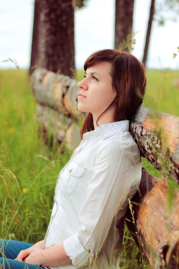 Schönes Mädchen in einem weißen Hemd stockfotografie