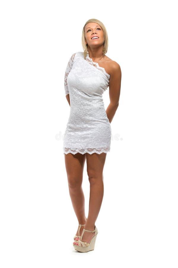 Schönes Mädchen in einem weißen Spitzekleid lizenzfreie stockfotos