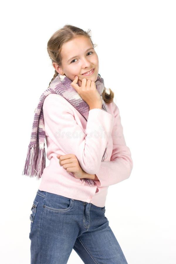 Schönes Mädchen in einer rosafarbenen Jacke und in einem Schal stockfotos