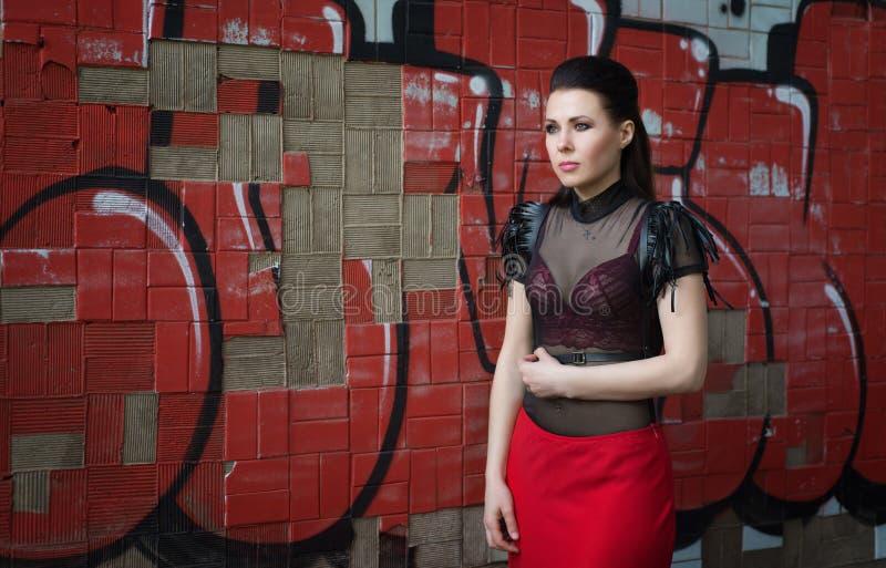 Schönes Mädchen in einer verlassenen Fabrik stockbilder