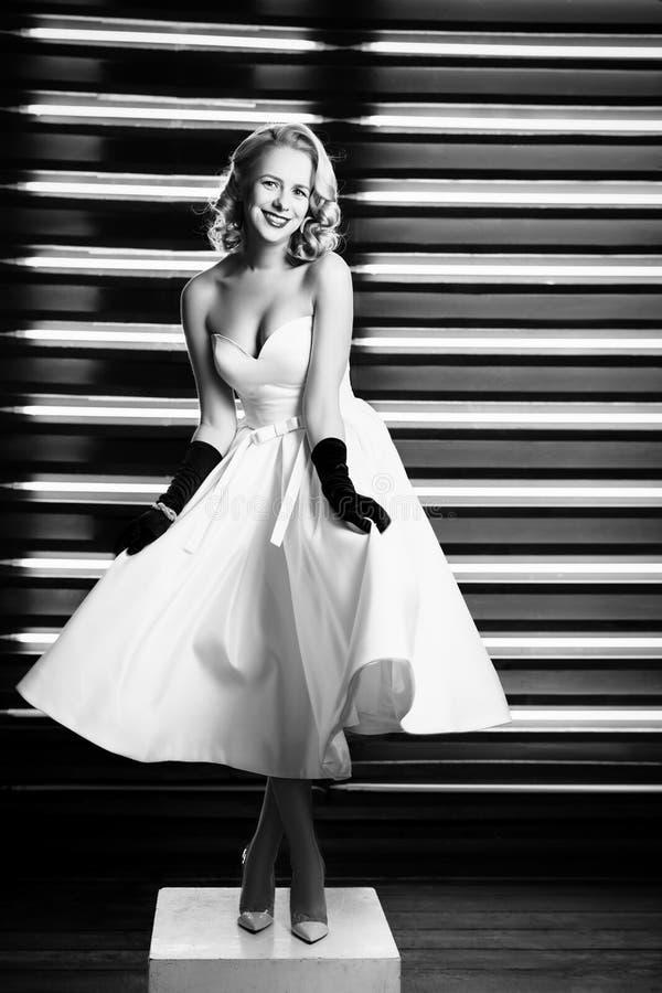 Schönes Mädchen gekleidet an der Stift-obenart lizenzfreies stockbild