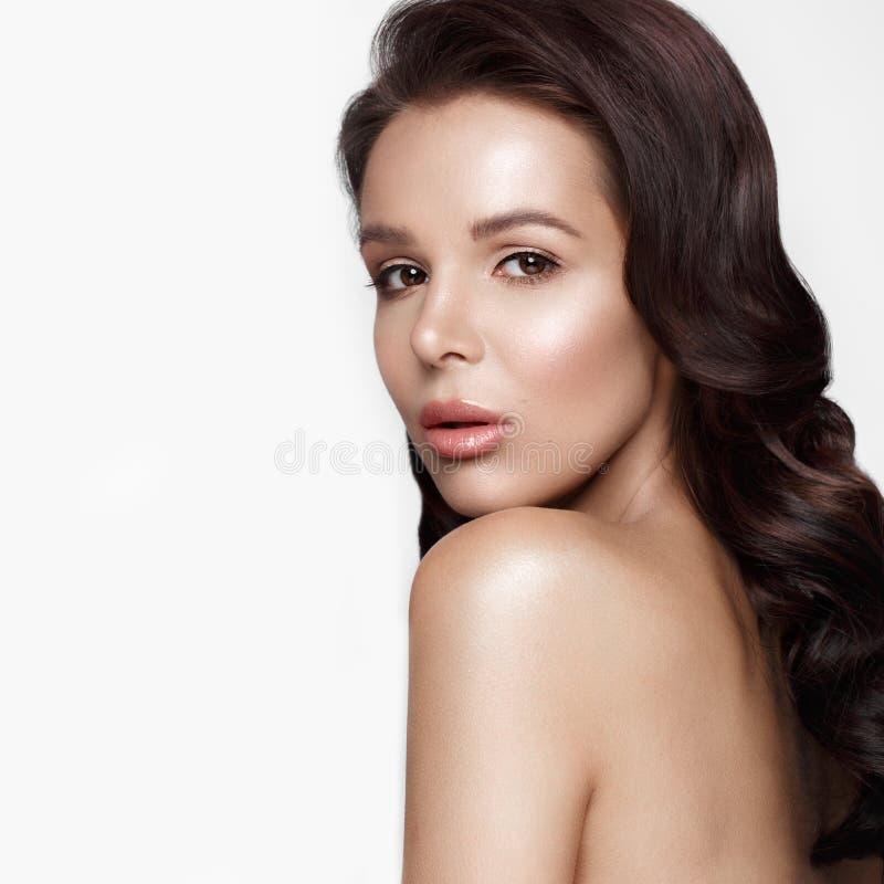 Schönes Mädchen in Hollywood-Bild mit Welle, klassischem Make-up und den vollen Lippen Schönes lächelndes Mädchen stockfoto
