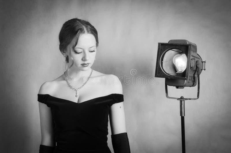 Schönes Mädchen im Abendkleid, das im Studio aufwirft lizenzfreies stockfoto