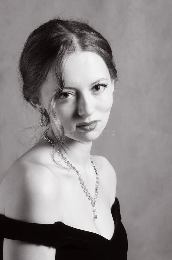 Schönes Mädchen im Abendkleid mit Ausschnitt stockfotos