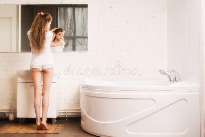 Schönes Mädchen im Badezimmer lizenzfreie stockfotografie