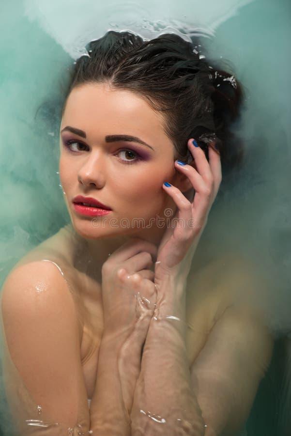Schönes Mädchen im Badezimmer stockbilder